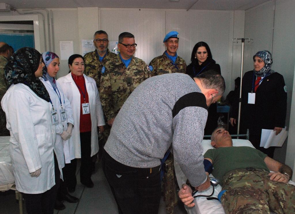 I caschi blu italiani donano il sangue alla croce rossa di Tiro