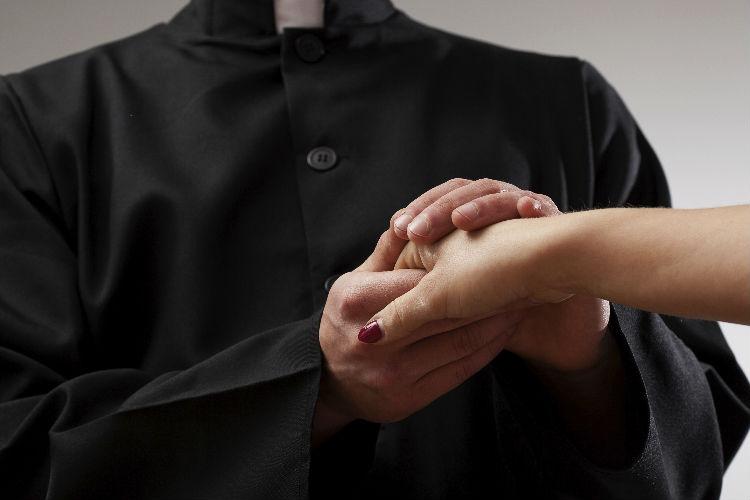 Preti sposati: il caso di Castellammare del prete che aspetta un figlio da una donna
