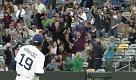 Baseball, mazza vola sugli spalti: la presa dello spettatore salva la donna - La Repubblica
