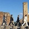 Pompei, i turisti imitano i Beatles di Abbey Road
